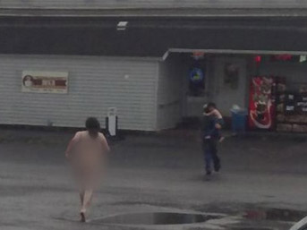 Sokakta çıplak koşan kadın köpeğini boğazladı