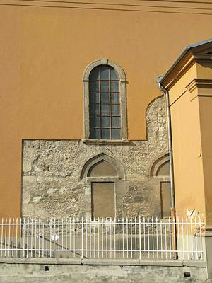 Ágoston meydanındaki Katolik kilisesinin duvarında cami duvarı kalıntısı - Pécs, Ágoston meydanı