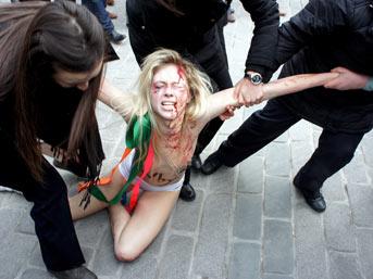 Femen kızlarından Ayasofya'da çıplak eylem!