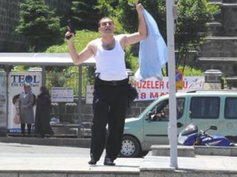 Cinnet geçiren polis!