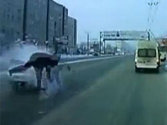 Rusya'da dikkatsiz yaya, yolun karşısına geçerken, otomobilin