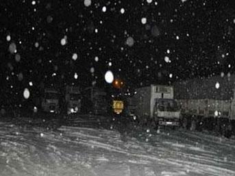 Yol kapandı, yüzlerce araç mahsur kaldı