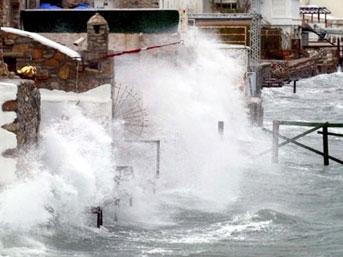 Antalya'da fırtına; okullar tatil