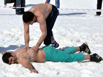 Bitlis'te kar üzerinde güreş yapıldı