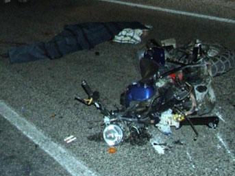 Motosiklet kamyonetin altında kaldı; 1 ölü