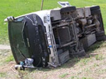 Öğrenci otobüsü devrildi: 32 yaralı