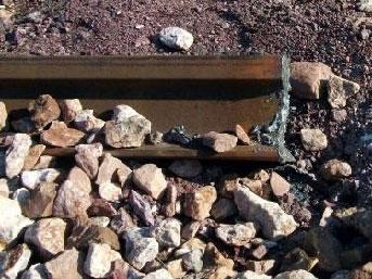 Trenin üzerinden geçtiği rayları çaldılar