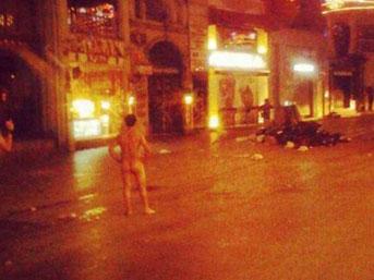 İstiklal Caddesi'ndeki çıplak eylemci