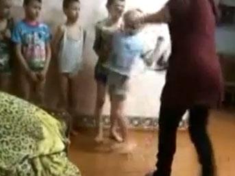 Rusya'da Yetimhanede Kadınlardan Şiddet Gören Çocuklar ! (Video)